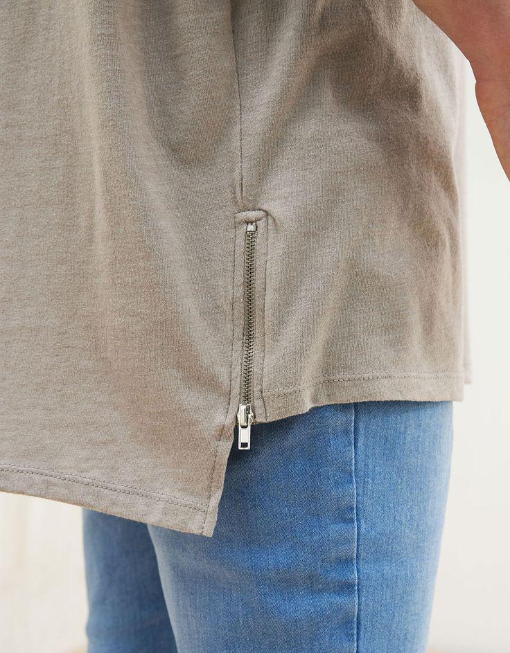 Camiseta detalle cremalleras. Descubre ésta y muchas otras prendas en Bershka con nuevos productos cada semana