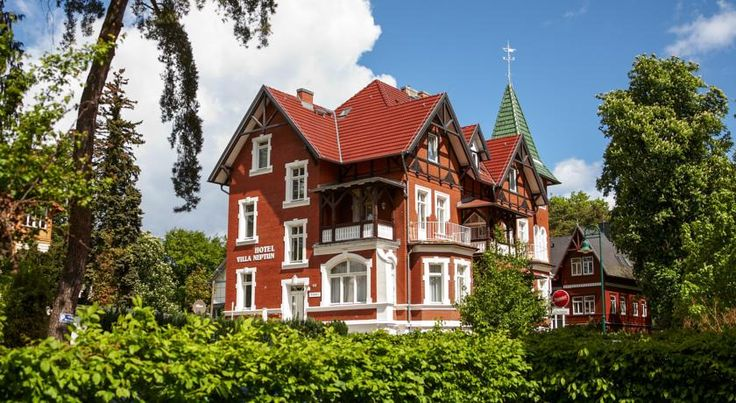 Villa Neptun Seebad Heringsdorf Just a few steps away from the 42-km long coast of the Baltic Sea, this family-run hotel and fish restaurant awaits you in a peaceful location in the seaside resort of Heringsdorf.