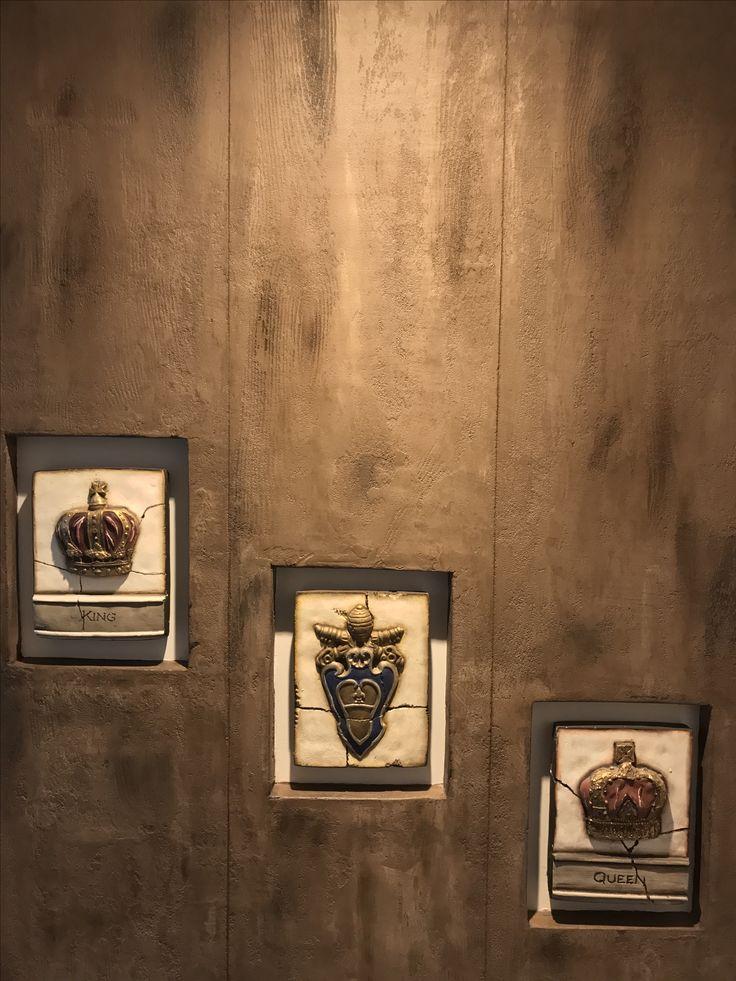 paneel van hout met 3 oude decoratie tegels