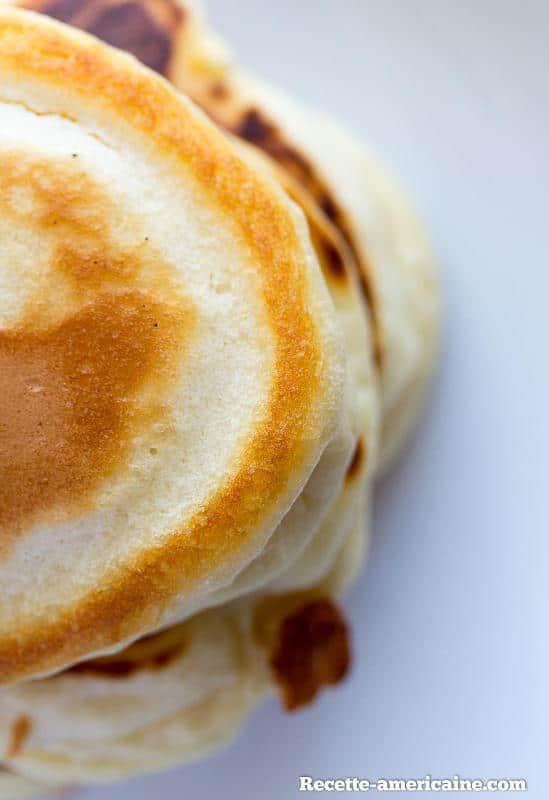 Une pile de pancakes moelleux vus d'en haut