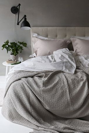 Sengetæppe i størrelse 260x260 cm af 100% vasket jacquardmønstret bomuld. <br>Vask 40°. <br><br>100% bomuld<br>Vask 40°