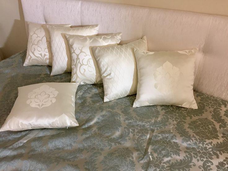 Декоративные подушки, съёмная наволочка. Удобно снять и постирать)