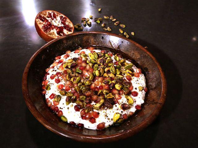 Labneh med granatäpple och pistagenötter (kock Tina Nordström)