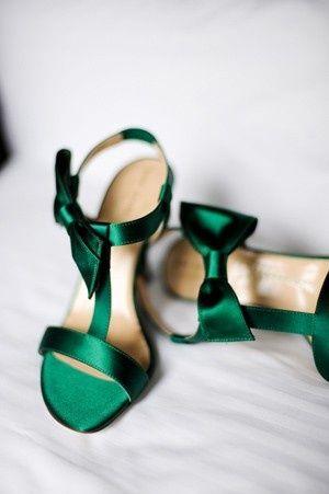 gorgeous emerald green heels! #weddings #emerald #green