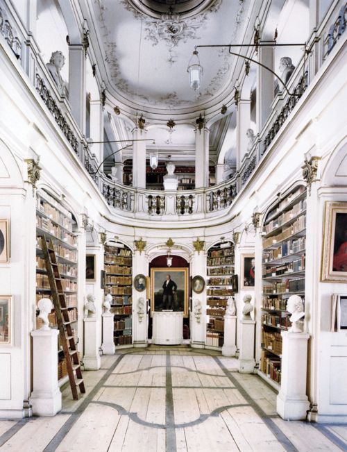 Oh how I would LOVE to have a grand library in my home especially one so well lit.
