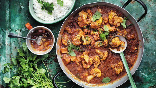 Tohle kari pochází z indického státu Gujarat, ve kterém jsou obyvatelé převážně vegetariáni. Rajčatová omáčka s kousky kokosu a kořením má říz díky tamarindu, typické místní surovině, která indickým kari dodává charakteristickou chuť.
