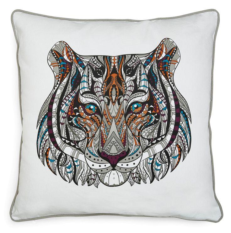 Etupuolella värikäs painettu tiikerikuvio. Takaosa on yksivärinen. Tyyny reunoja kiertävä tere viimeistelee ilmeen. Vetoketju...