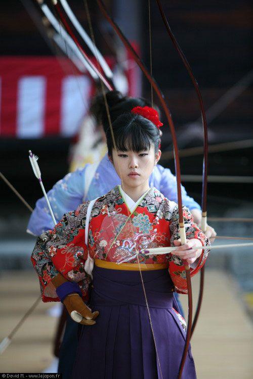 Jeune femme japonaise de 20 ans tirant à l'arc pendant le festival Toh-shiya au temple Sanjusangen-do à Kyoto Japon