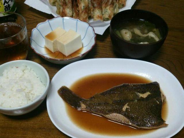 今日は、和食。 魚だけじゃ物足りないと言われるだろうから、磯辺揚げもプラス(*^-^*) - 107件のもぐもぐ - カレイの煮付&冷奴&竹輪の磯辺揚げ&小松菜と油揚げの味噌汁 by sakachinmama