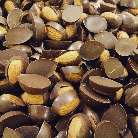 Gotinhas de chocolate com amêndoas torradas saindo do forno... Huummm... Depois o toque final, canela! Delícia! @ciamineiradechocolates