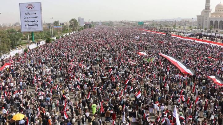 Υεμένη: Μεγάλη διαδήλωση υποστήριξης στους Χούτι στη Σανάα, ενώ η Σαουδική Αραβία βομβάρδιζε :: left.gr