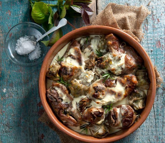 Ένα λουκούμι στη γάστρα σας. Το αρνάκι μαγειρεμένο μέσα στο γιαούρτι γίνεται πολύ μαλακό και σερβίρεται με πατάτες φούρνου ως κυρίως πιάτο.