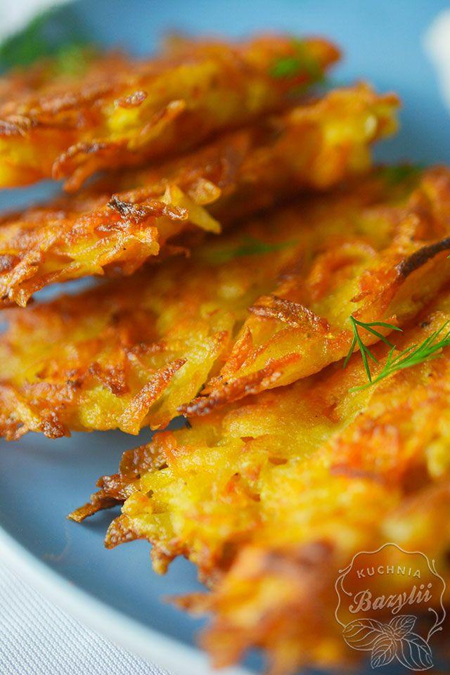 Placuszki z marchewki i ziemniaków to ciekawa alternatywa dla klasycznych placków ziemniaczanych. Są chrupiące i lekko słodkie. Podałam je ze śmietaną.