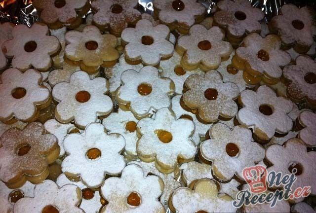 Klasické linecké pečivo nesmí na Vánoce chybět. Připravte si je pomocí tohoto receptu. Jsou skvělé, křehké a neodolatelné.