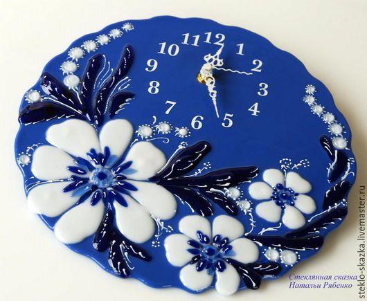 Часы для дома ручной работы. Ярмарка Мастеров - ручная работа. Купить часы из стекла, фьюзинг Белое на синем. Handmade.