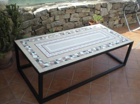 Mesa de mosaico para jardin piedra fosil de ronda azulejos for Azulejos de marmol