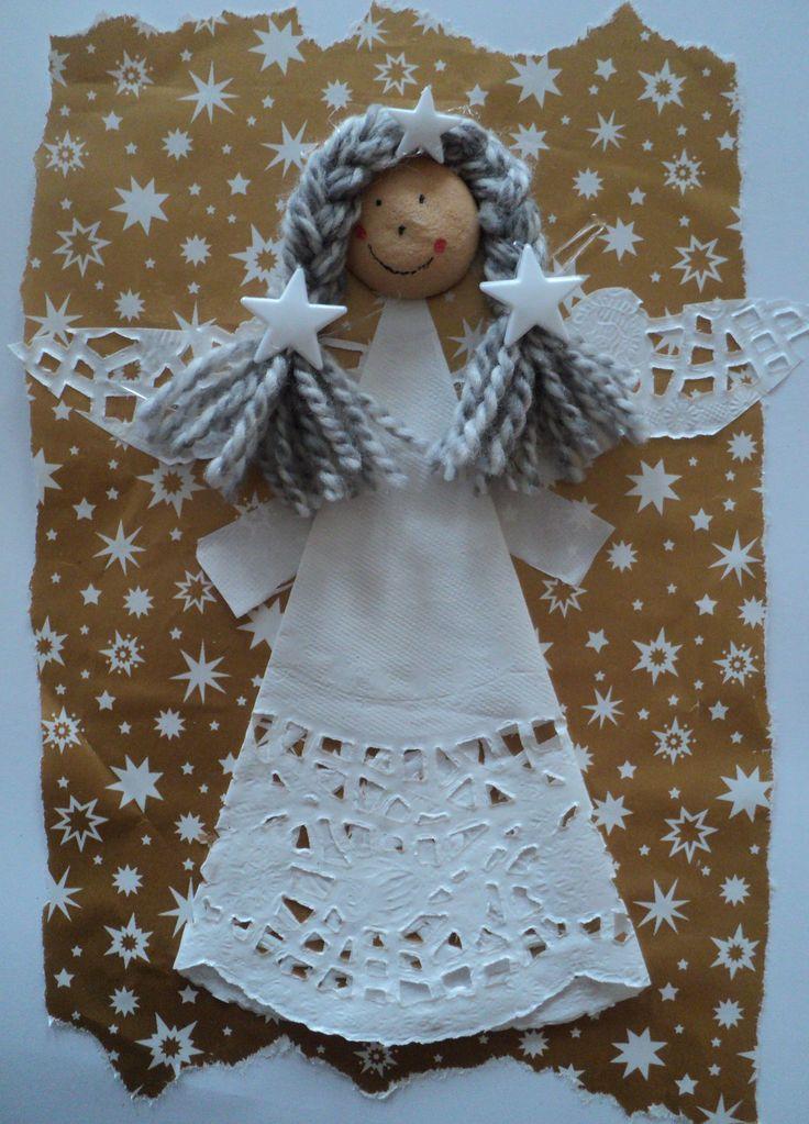 Anděl - otrhaný balicí papír, dortová krajka a piškot