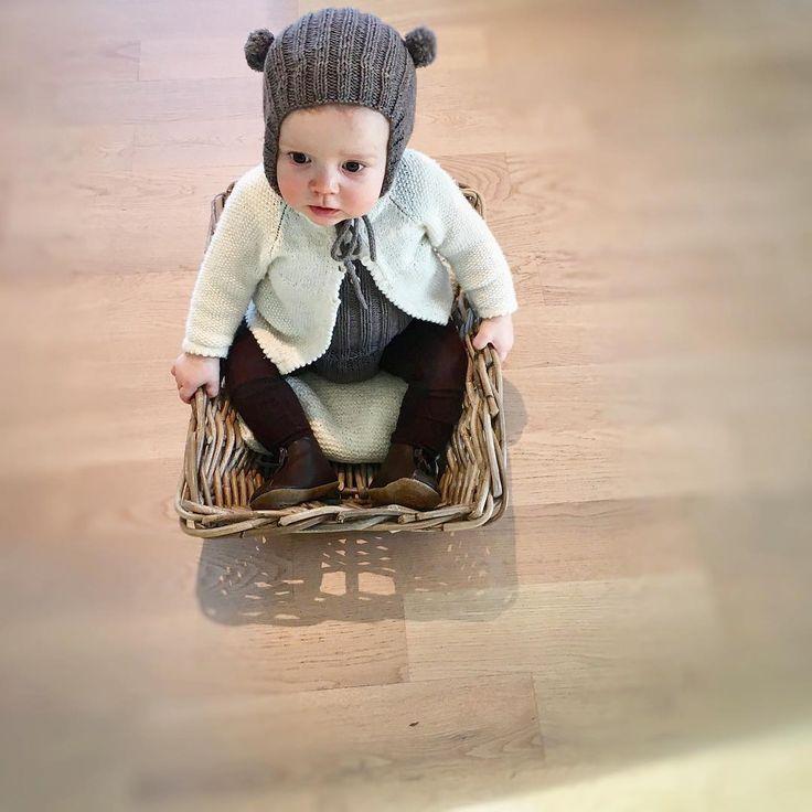 """Min lille """"brumlemor"""" 😊 Eneste måten å få henne til å sitte i ro!😬😄brun strømpebukse fra @traadsnella"""