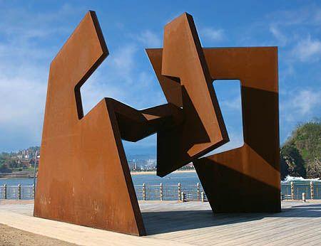 Eduardo Chillida es el escultor del espacio , busca el espacio en sus esculturas ,solo explora la forma y el vacío que se encuentra dentro, es lo que da sentido a su obra , le da una nueva visión para que no solo se vea lo que hay sino también lo que no se ve ,el espacio que crea. El vacío y lo material es el conjunto de la escultura , forman un conjunto en donde estas dos formas no puedes separarse deben coexistir en la obra de este escultor