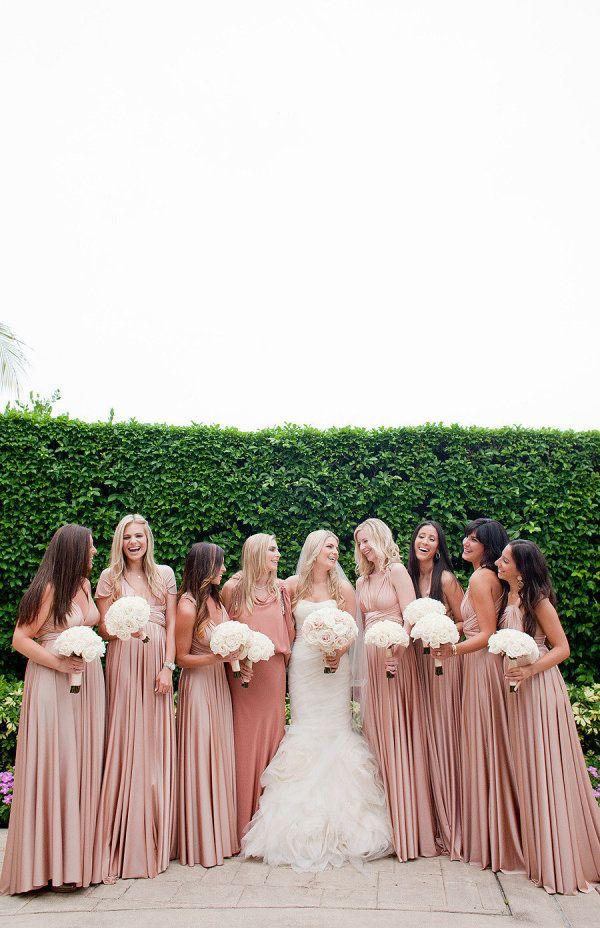 Madrinhas com vestidos de um tom só: moda americana que garante visual harmônico no altar