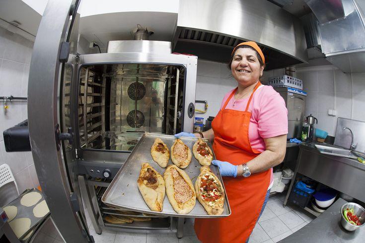 Μια χαρισματική μαγείρισσα από την Αλεξανδρέττα άνοιξε με τους γιους της ένα καταπληκτικό μαγαζί  με ανατολίτικες γεύσεις στο κέντρο της πόλης.