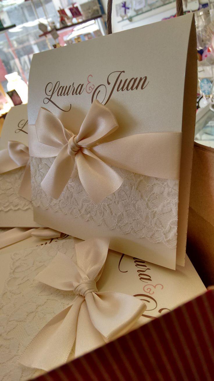 Invitaciones Boda Ivory con lindo detalle de encaje y listón satinado.