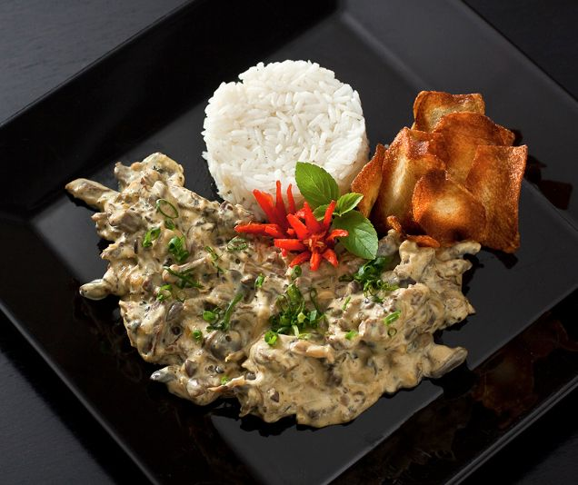 Pollo Strogonoff con aceitunas verdes acompañado de arroz. #Recetas #Aceitunas #Gourmet #Gastronomía