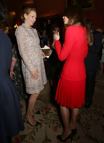 Inside the White Drawing Room, the Queen greeted a line-up of ten hand-picked celebrities including Dame Helen Mirren, Sir Roger Moore, John Hurt, Ralph Fiennes, Timothy Spall, Alan Bennett and Alan Rickman. Among those on the guest list were the actresses Uma Thurman, Joely Richardson, and Joan Collins.