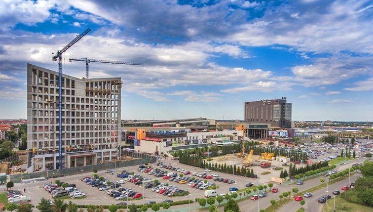 Prima etapă de dezvoltare a ansamblului Openville, care integrează actualul Iulius Mall Timişoara, va fi finalizată în trimestrul patru al acestui an şi va include47.000 mp adiţionali de retail,100.000 mp de birouri clasa A,un parc,un pasaj subteran destinat traficului autoşipeste 1.500 de noi locuri de parcare.