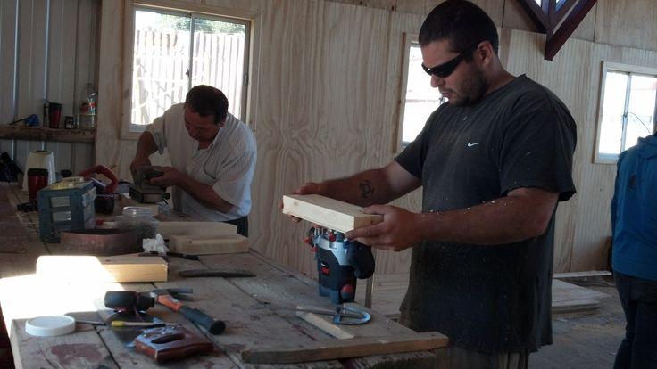 Galpón Ballena, preparando elementos de madera para el techo