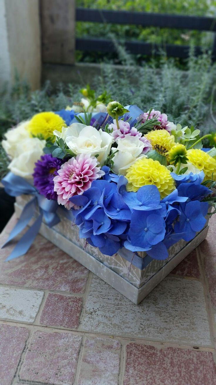Cutie cu mix de flori. Hortensie, dalii, trandafiri, lavandă :)