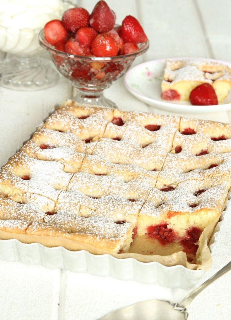 De segmjuka kanterna gör jordgubbskakan oemotståndligt god och festlig!