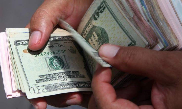 El lempira se encarece frente al dólar  Al cierre de noviembre, el tipo de cambio cerró en 22.21 lempiras por dólar, según la actualización del Banco Central de Honduras (BCH). Un hombre cuenta los dólares y lempiras en su poder.