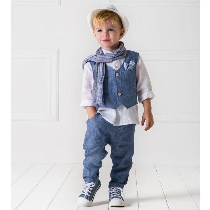 To Κουστούμι Santos της Cat in the Hat είναι ένα ανάλαφρο σύνολο με χαμηλοκάβαλο λινό παντελόνι συνδυασμένο με ασορτί γιλέκο, το οποίο είναι ενσωματωμένο με τη λινή πουκαμίσα.Το σετ αποτελείται από 6 τεμάχια (παντελόνι, πουκάμισο, γιλέκο, μαντηλάκι, καπέλο και φουλάρι). Μία εξαιρετική επιλογή βαπτιστικού ρούχο από την ανανεωμένη νέα συλλογή για Άνοιξη και Καλοκαίρι 2017