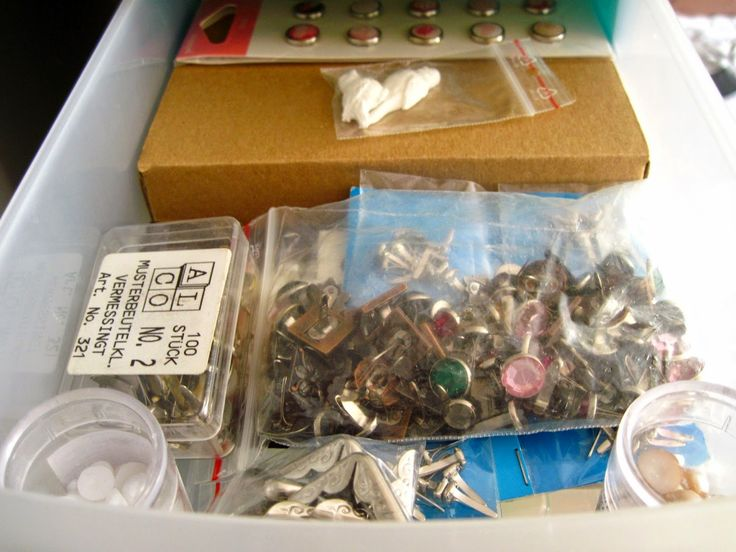 Ćwieki, narożniki, zwykłe półperełki. W kartoniku schowane są wszystkie samoprzylepne kryształki i półperełki.