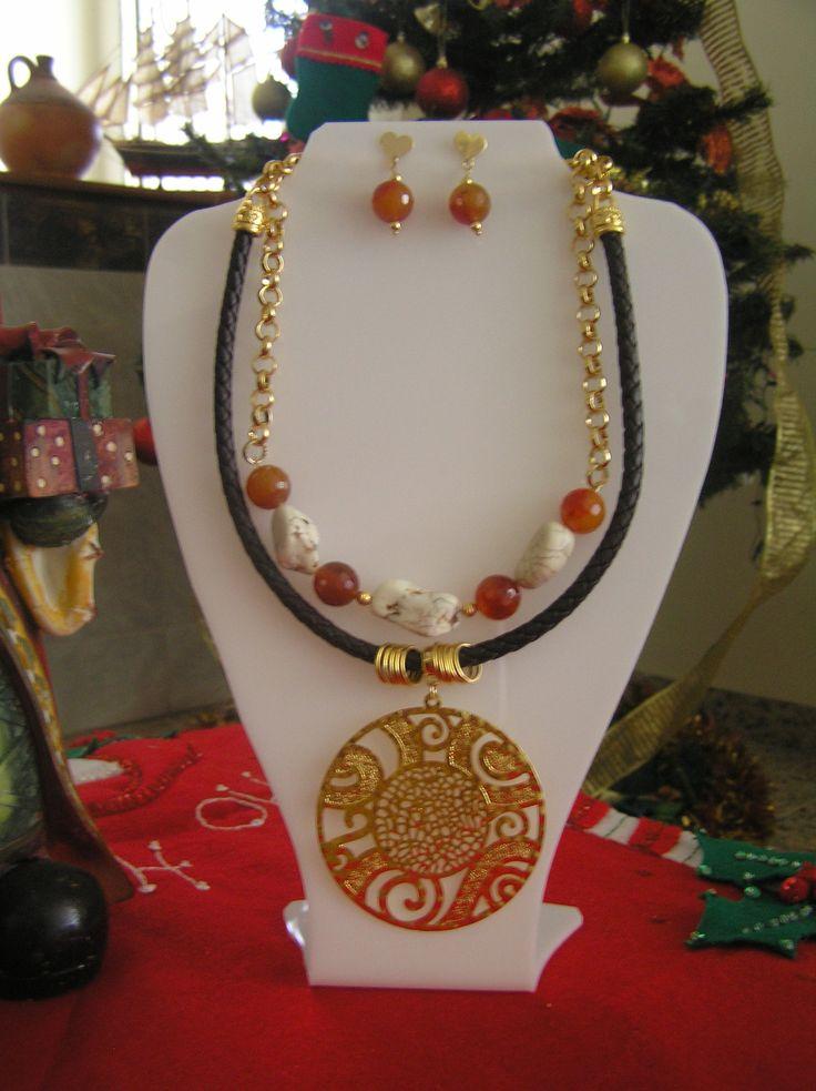 Collar en agatas, bronce, cuero y piedra natural