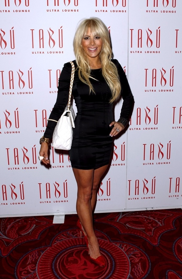 Cute look. Shayne Lamas with purse on the carpet at Tabú Ultra Lounge