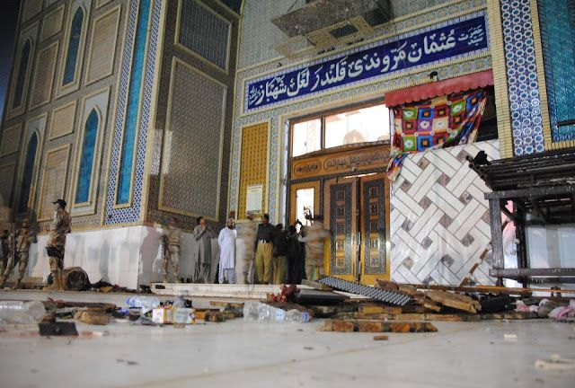 """ISIS bom situs Sufi Pakistan  Situs kaum Sufi dibom ISIS  Serangan bom bunuh diri menyerang tempat keramat kaum Sufi Lal Shahbaz Qalandar di Sehwan Sharif Pakistan selatan Kamis (16/2). """"Setidaknya 72 tewas dan lebih dari 150 terluka"""" ujar Perwira Polisi senior Shabbir Sethar dilansir dari Reuters. Laporan terbaru menyebut jumlah korban mencapai 77 orang. Seorang juru bicara medis mengatakan penyerang mungkin menargetkan ruang yang digunakan perempuan. Sehingga menyebabkan 30 anak-anak ikut…"""