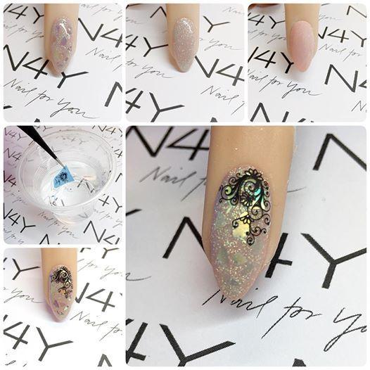 Gele negle med negle glimmer og negle stickers. Her en step by step med et nail art design.