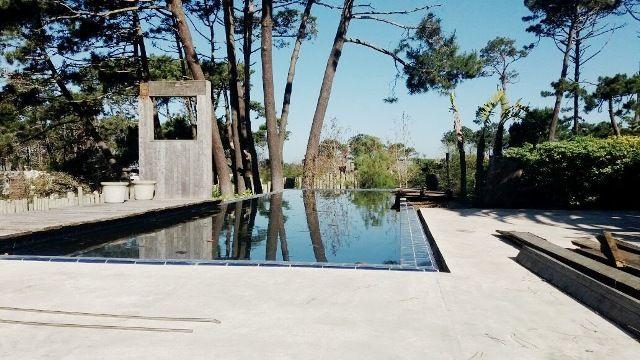Alquiler temporario  de Casa 4 DORMITORIOS en LA BARRA Excelente ubicación, a 300 metros de la playa, zona arbolada y de mucha tranquilidad. 4 dormitorios en suite, amplio living comedor, cocina completa.  Gran parque con piscina Beba Páez Vilaró inmobiliaria Ruta 10 y las Espumas info@bebapaezvilaro.com www.bebapaezvilaro.com +(598) 4244 3147  +(598) 4257 8691  +(598) 4277 3444