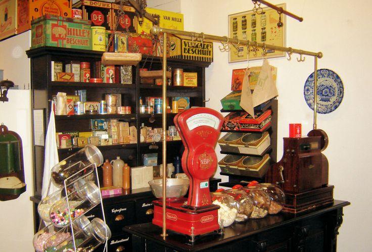 Bij de ingang is een nostalgisch kruidenierswinkeltje waar je ouderwetse snoepjes kunt kopen; de hele inboedel komt van een snoepwinkel in Tilburg.