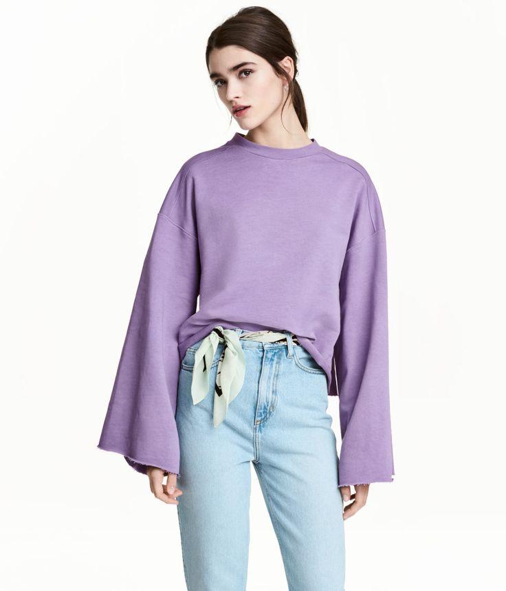 Lila. Sweatshirt mit weiten Ärmeln, stark überschnittenen Schultern und offener Kante an Ärmelabschlüssen und Saum. Gerade, etwas verkürzte Passform.
