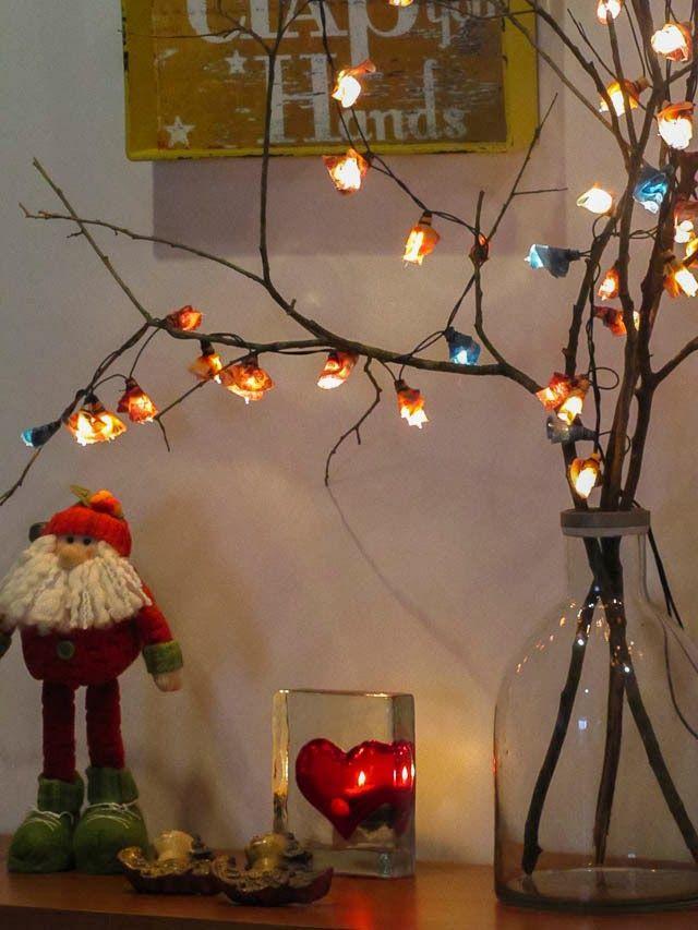 Casa de Colorir - arvore de natal com tecidinhos luzes e galho seco.