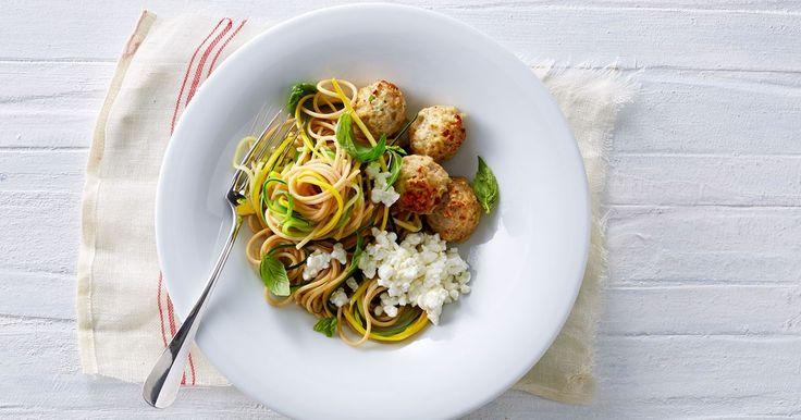 Squashspaghetti med kødboller og citronhytteost - Opskrifter - Arla