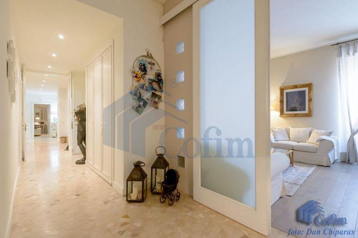 Appartamento Milano RM2214 Repubblica, Via Vittor Pisani, in stabile signorile, vendiamo  bellissimo appartamento al 3° piano di mq. 210, composto da: doppi ingressi, salone doppio, cinque camere, cucina abitabile, tripli servizi. Completamente ristrutturato