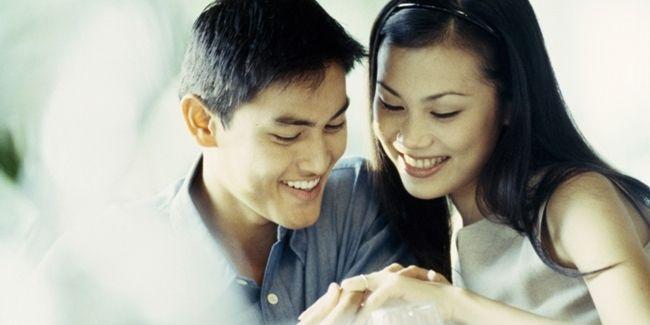Vemale.com - Kalau biasanya Anda melihat video lamaran ala teman-teman di Singapore atau di wilayah barat lainnya, ada satu video romantis yang kami temukan di YouTube, dan ternyata mereka adalah pasangan asal Indonesia.
