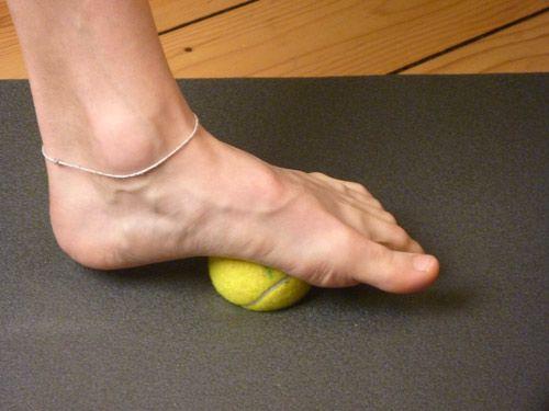 Fußsohlenrollen mit einem Ball trainiert die Fußmuskulatur