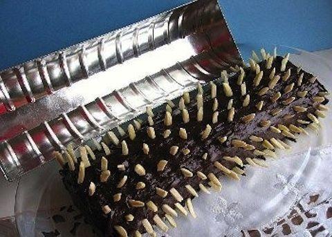 Dolce di cioccolato e mandorle Il dolce di cioccolato e mandorle deve il suo nome originale tedesco dal lombo di capriolo, il termine rehrucken ne è proprio la traduzione letteraria, perché la sua particolarità è nella presentazione a tavola come un vero e proprio arrosto di capriolo lardellato. http://www.buonissimo.org/lericette/1018_Dolce_di_cioccolato_e_mandorle