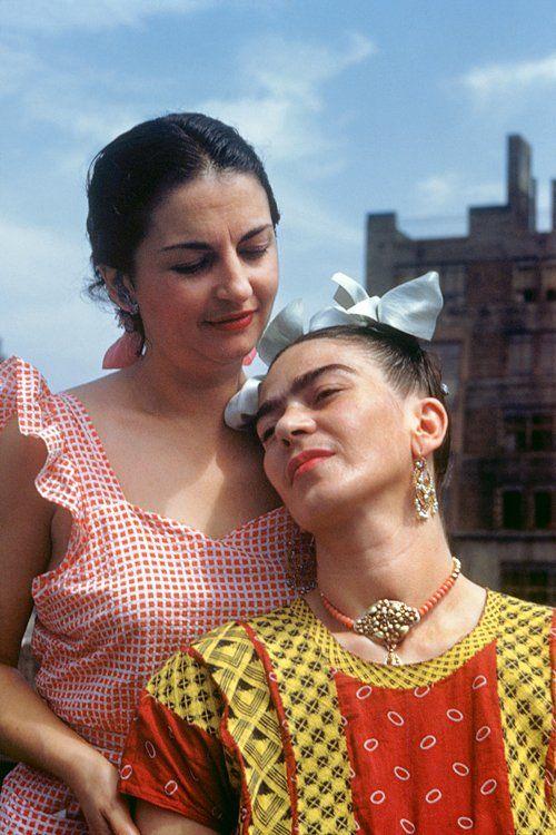 Frida Kahlo and her sister Cristina in New York, 1946. Photo: Nickolas Muray.