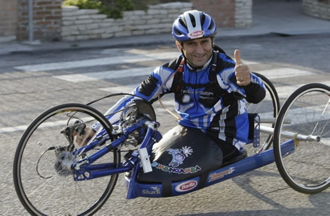 """""""Alessandro """"Alex"""" Zanardi (Bologna, 23 ottobre 1966) è un pilota automobilistico, ciclista su strada e conduttore televisivo italiano"""" [Wikipedia cit.]... Io aggiungerei che è anche un Grande Uomo ed un esempio per tutti!!!"""